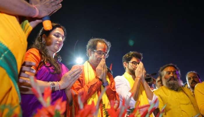 अयोध्या: सरयू किनारे परिवार संग उद्धव ठाकरे ने की आरती, कल सुबह करेंगे रामलला के दर्शन