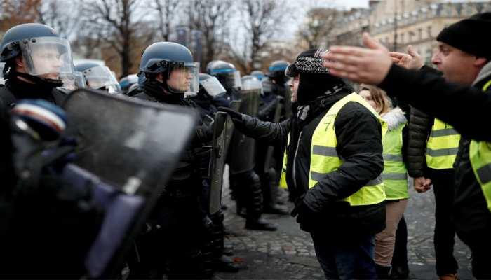 फ्रांस: 'पीली जैकेट' आंदोलनकारियों पर पुलिस ने छोड़े आंसू गैस के गोले