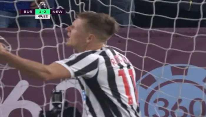 VIDEO: इंग्लिश प्रीमियर लीग में दो गज से भी नहीं कर पाए गोल, अब उड़ रहा मजाक