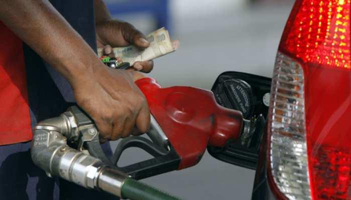 अप्रैल के बाद पहली बार 74 रुपये से नीचे आया पेट्रोल, जानें सरकार का अगला प्लान