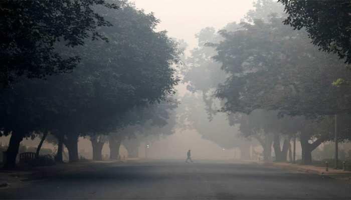 नहीं मिल रही राहत, घनी धुंध में लिपटी दिल्ली, वायु गुणवत्ता बेहद खराब