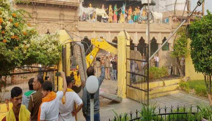 मथुरा में चला अतिक्रमण हटाओ अभियान, विरोध में तीन मंदिरों ने कपाट बंद किए