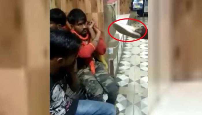 VIDEO: लड़की ने मनचले को सिखाया सबक, जूते से की पिटाई