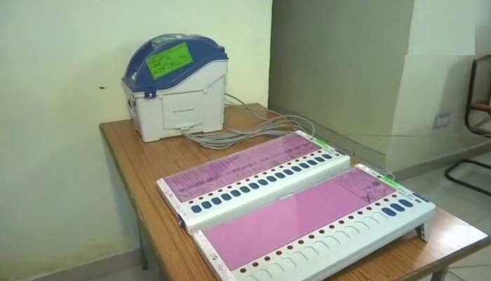 MP: ईवीएम के स्ट्रॉन्ग रूम के बाहर अचानक बंद हुईं LED, कांग्रेसियों ने मचा दिया हंगामा
