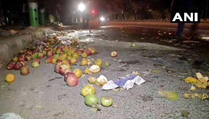 दिल्ली: द्वारका में मर्सिडीज की टक्कर से फल विक्रेता की मौत, गणेश नगर में दुकान में घुसी कार