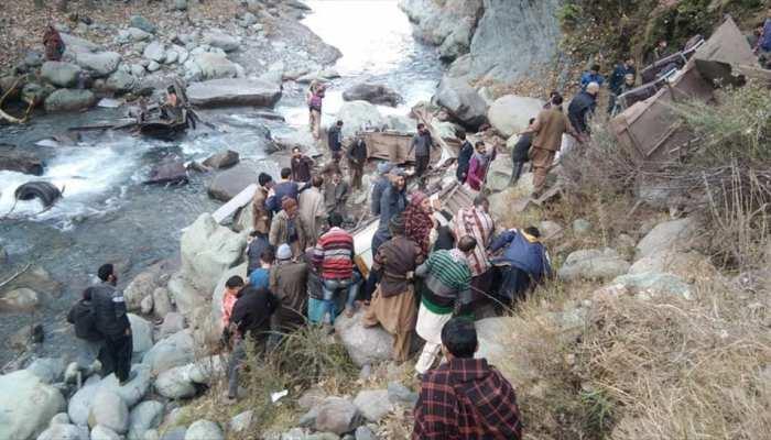 जम्मू कश्मीर: पुंछ में सौ मीटर गहरे गड्डे में गिरी बस, 13 की मौत 17 घायल