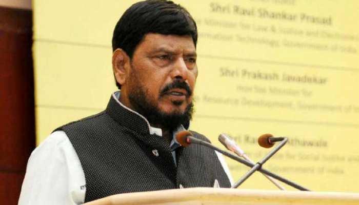 केंद्रीय मंत्री रामदास अठावले को भीड़ में युवक ने जड़ा थप्पड़