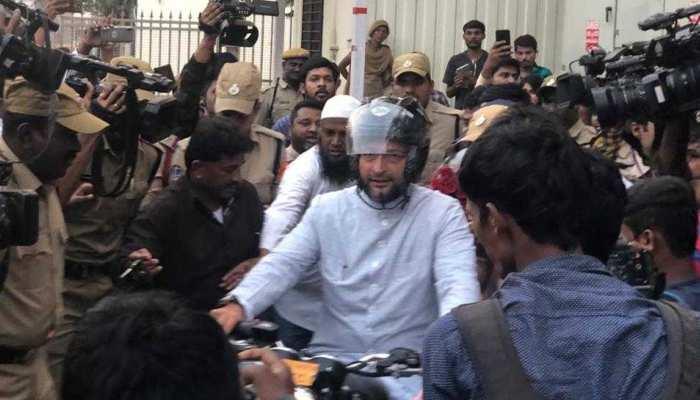 VIDEO : नतीजों से पहले बाइक चलाकर मुख्यमंत्री केसीआर से मिलने पहुंचे असदुद्दीन ओवैसी