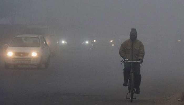 दिल्ली-NCR में झमाझम बारिश से बढ़ी ठंड, पहाड़ी इलाकों में जमकर हो रही बर्फबारी