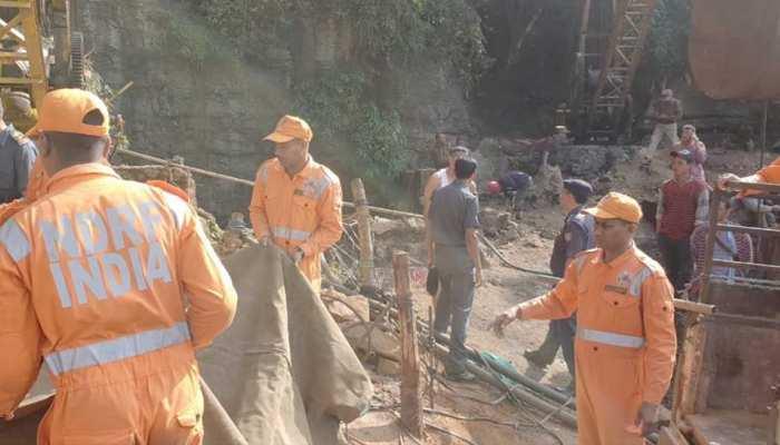 मेघालय में 30 घंटे से कोयला खदान में फंसे हैं 13 मजदूर, अब तक नहीं लगा कोई सुराग