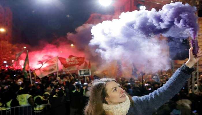 इस जमाने में भी एक देश लाया 'दासता कानून', हजारों लोग विरोध में सड़कों पर उतरे