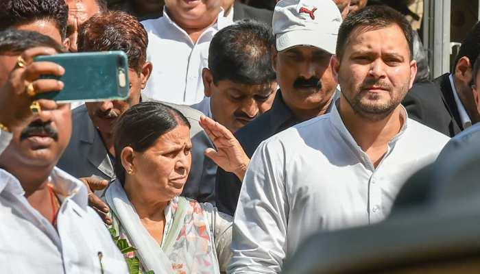 IRCTC मामले में सुनवाई के लिए पटियाला कोर्ट पहुंचे तेजस्वी और राबड़ी देवी
