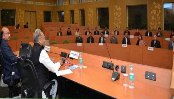 अशोक गहलोत ने की राज्य के अधिकारियों के साथ पहली बैठक, मांगा 60 दिनों का रोडमैप