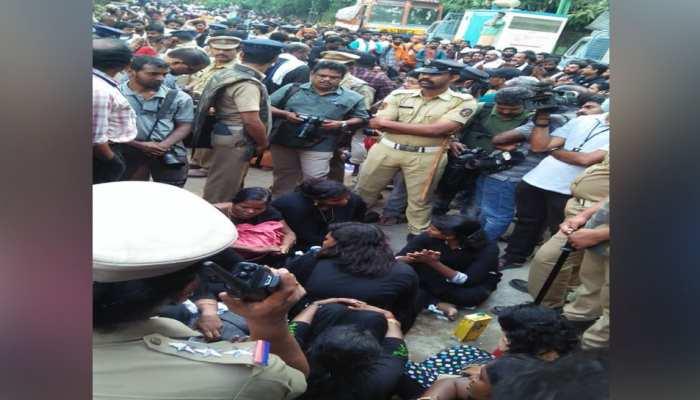 सबरीमाला मंदिर जाने पर अड़ीं 11 महिलाएं, विरोध कर रहे लोगों को पुलिस ने हिरासत में लिया