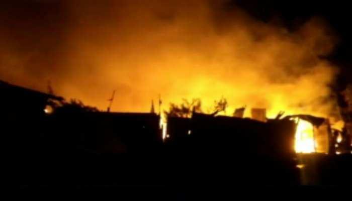 फारबिसगंज: भीषण आग लगने से दर्जनों घर जलकर खाक, 6 सिलिंडर फटने से बिगड़ी स्थिति