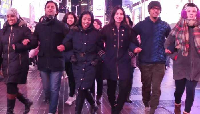 WATCH VIDEO: 'सिंबा' का गाना 'आंख मारे' छाया न्यूयॉर्क में, सड़कों पर नाचे क्रेजी फैंस