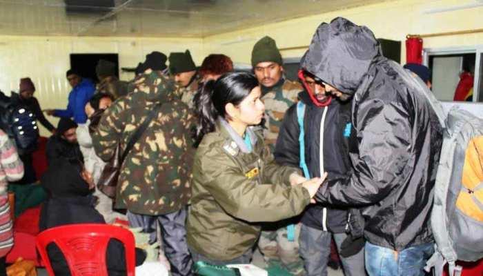 सिक्किमः नाथू ला बर्फबारी में फंसे 2500 पर्यटकों को सेना ने बचाया