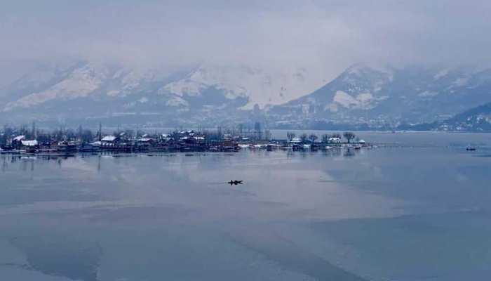 भीषण बर्फबारी से थम गया कश्मीर, कई इलाकों में बिजली गुल