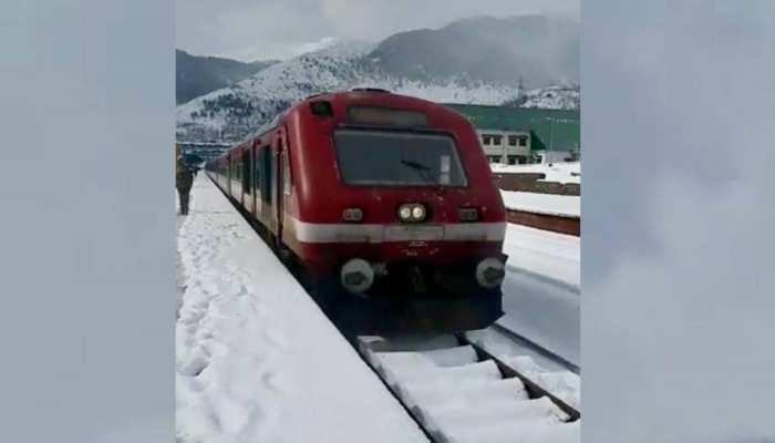 कश्मीर में बर्फबारी भी नहीं लगा पाई ट्रेन के पहियों पर ब्रेक, बर्फ से ढंके ट्रेक पर दौड़ी एक्सप्रेस