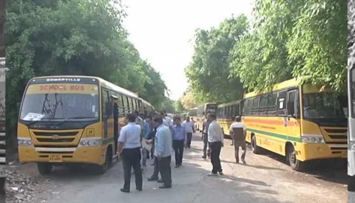 पश्चिम बंगाल में ट्रेड यूनियन की हड़ताल के दौरान स्कूल बस पर पथराव