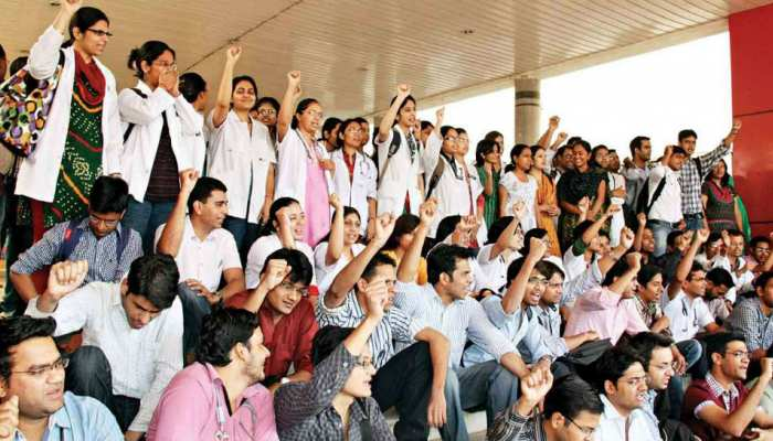 दरभंगा मेडिकल कॉलेज के छात्रों ने इमरजेंसी और ओपीडी में जड़ा ताला, मरीजों का हाल बेहाल