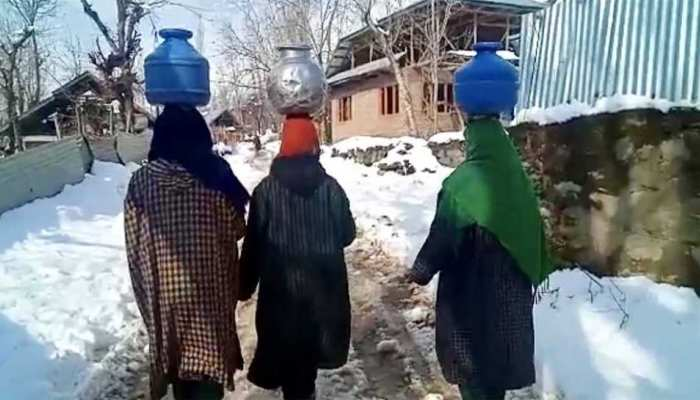 कश्मीर में बर्फबारी के कारण पानी को भी तरसे लोग, महिलाओं को मीलों चलना पड़ रहा पैदल