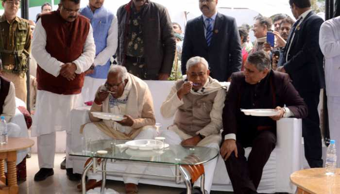 पटना: चूड़ा-दही के भोज में शामिल हुए नीतीश कुमार, एलजेपी ने किया कार्यक्रम का आयोजन