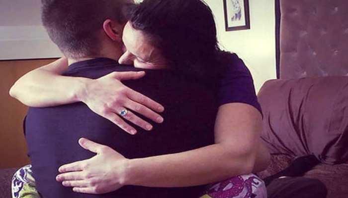 लोगों को गले लगाकर ऐसे तनाव दूर करती है यह महिला, हर महीने लाखों में है इनकम