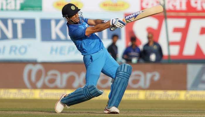 VIDEO: बीसीसीआई का ट्वीट-माही मार रहा है, फैंस ने कहा- अगले मैच में सेंचुरी पक्की है