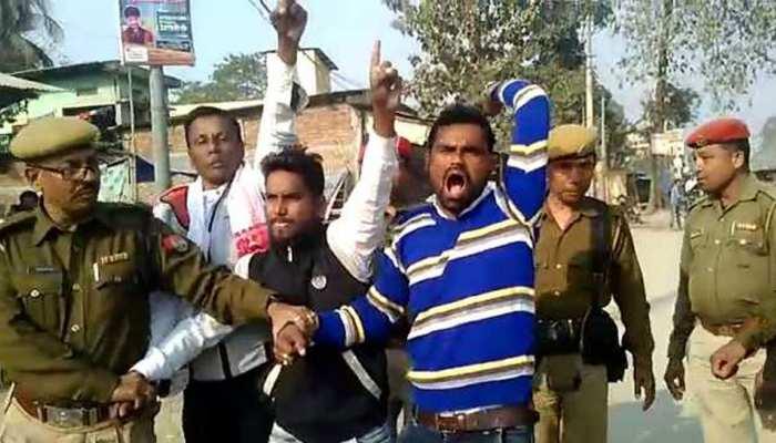 CAB: असम में नहीं थम रहा विरोध-प्रदर्शन, मुख्यमंत्री को दिखाए गए काले झंडे