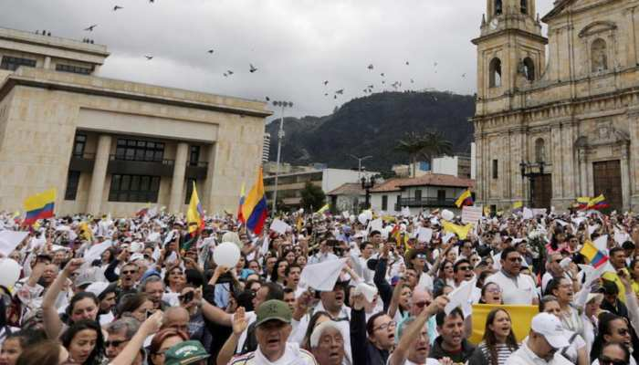 कोलंबिया: घातक कार बम विस्फोट के विरोध में हजारों लोगों ने निकाला मार्च