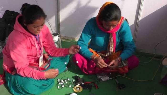 बड़ी कंपनियों को टक्कर दे रही हैं इस गांव की महिलाएं, चूल्हा-चौका के साथ जगमगा रही हैं रोशनी