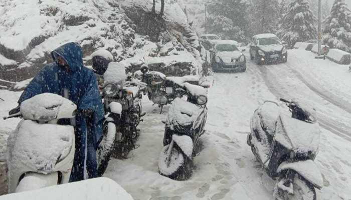 मसूरी: भारी बर्फबारी अब बनी आफत, रास्तों में जमी बर्फ, राहत-बचाव कार्य शुरू