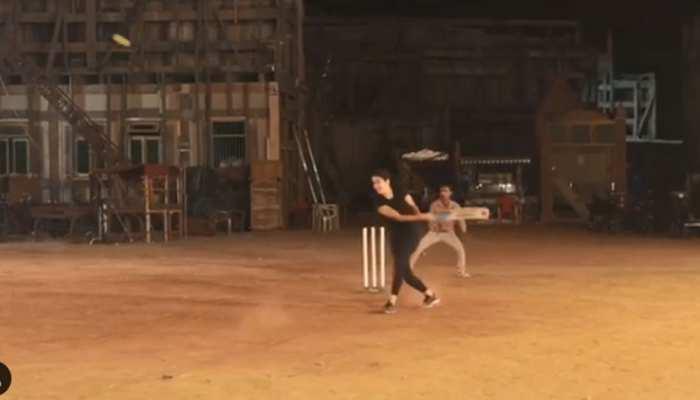 VIDEO: कैटरीना ने लगाए चौके-छक्के, अनुष्का शर्मा से कहा- 'कोहली से मेरी पैरवी करो'