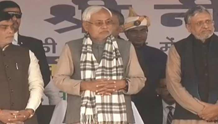बिहारः सीएम नीतीश कुमार पहुंचे दलित बस्ती, ध्वजारोहण कार्यक्रम में हुए शामिल