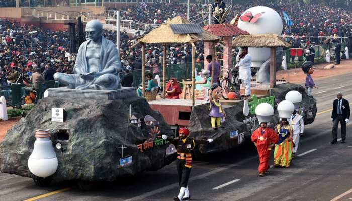 गणतंत्र दिवस परेड में महिलाओं ने दिखाया शौर्य, झांकियों में दिखी महात्मा गांधी की झलक