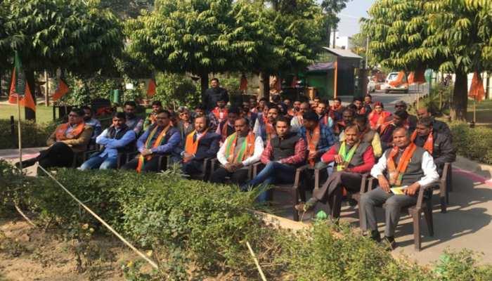 राजस्थान: पीएम मोदी के 'मन की बात' को सुनने बीजेपी मुख्यालय में जुटे दिग्गज नेता