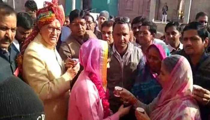 बीकानेर: स्वाइन फ्लू के खिलाफ मुहिम में उतरी बीडी कल्ला की पत्नी, पिलाया काढ़ा