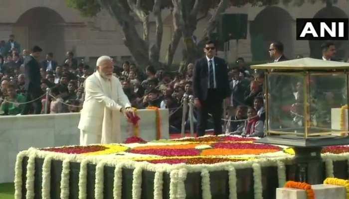 राष्ट्रपति रामनाथ कोविंद और PM मोदी ने राजघाट पर महात्मा गांधी को दी श्रद्धांजलि