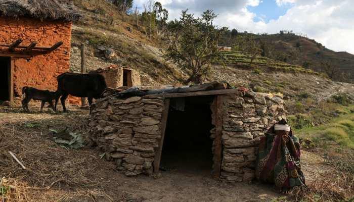 शर्मनाक! पीरियड्स में युवती को बिना खिड़की वाली झोपड़ी में सोना पड़ा, दम घुटने से हुई मौत