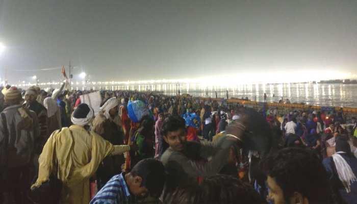 प्रयागराज: मौनी अमावस्या पर शाही स्नान शुरू, संगम में डुबकी लगाने उतरे साधु-संतों समेत करोड़ों श्रद्धालु