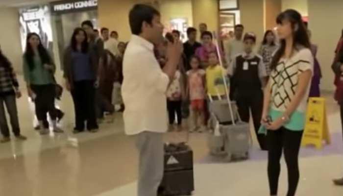 VIRAL VIDEO: शॉपिंग मॉल में लड़के ने लड़की को खुलेआम किया प्रपोज, मिला ये जवाब...