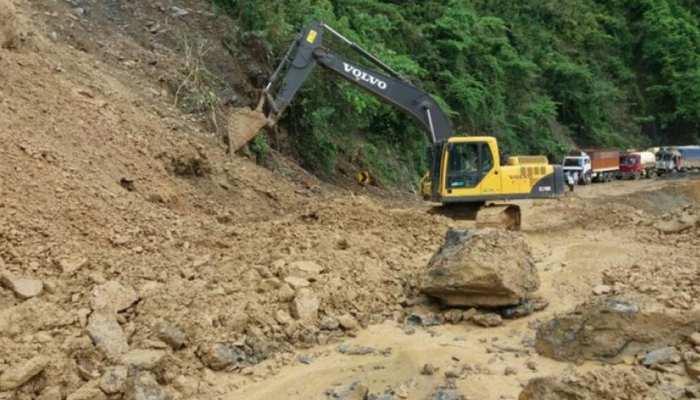 जम्मू-श्रीनगर मार्ग पर भूस्खलन, पांचवे दिन भी बंद रहा राजमार्ग