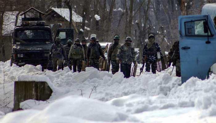 कश्मीर: सेना बनी देवदूत, बर्फ में ढाई किमी गर्भवती महिला को स्ट्रेचर पर लेकर गए जवान, जुड़वा बच्चियों का जन्म