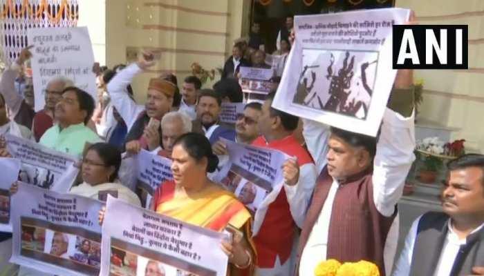 पटना: आरजेडी का लॉ एंड ऑर्डर को लेकर विधानसभा में प्रर्दशन, तेजप्रताप भी शामिल