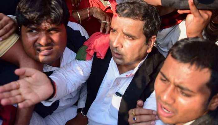 यूपी: धर्मेंद्र यादव समेत 296 सपाइयों पर FIR, पुलिस लाठीचार्ज में फूटा था SP सांसद का सिर