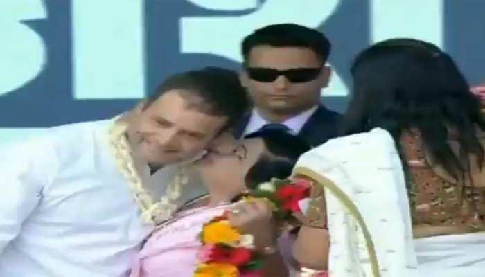 VIDEO: मंच पर खड़े थे राहुल गांधी, स्वागत के लिए आईं महिला कार्यकर्ता और भीड़ मे ले लिया चुंबन