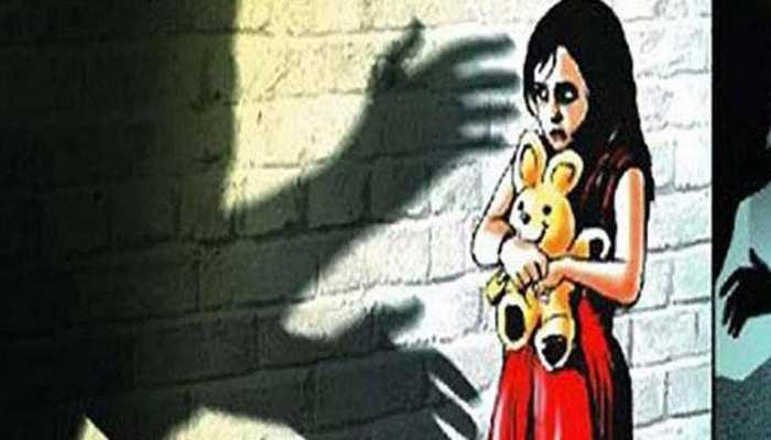 परिजनों से नाराज लड़की पहुंची रेलवे स्टेशन, बुजुर्ग ने नौकरी का दिया झांसा और फिर...