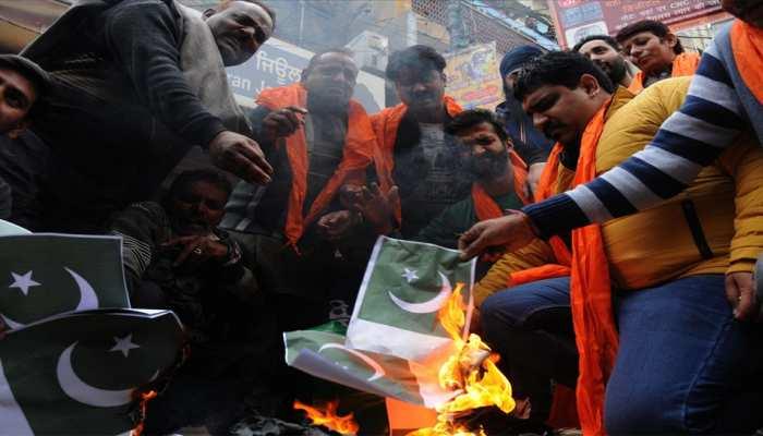 पुणे में दुकानदार ने पाकिस्तानी झंडे जलाने के लिए मुफ्त में दिए लाइटर