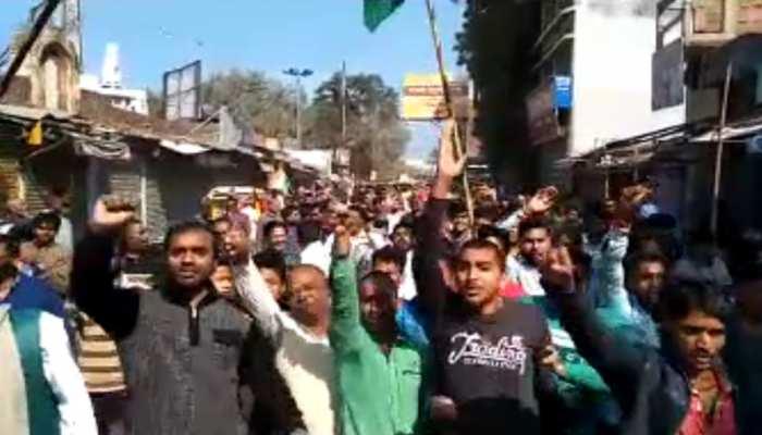 पुलवामा आतंकी हमले के विरोध में नवादा में दुकानें बंद, लगे 'पाकिस्तान मुर्दाबाद' के नारे